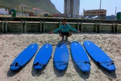 Jan kauft neue Surfboards für das Projekt