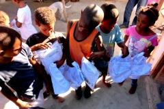 Jan kauft Schuluniformen für die Kinder in Lavender Hill
